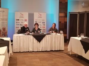 M. Jean-Pierre Simard, président de l'AQDR Chicoutimi, madame Judith Gagnon, présidente de l'AQDR nationale, et madame Jessica Blackburn, présidente et animatrice du Cercle de presse du Saguenay